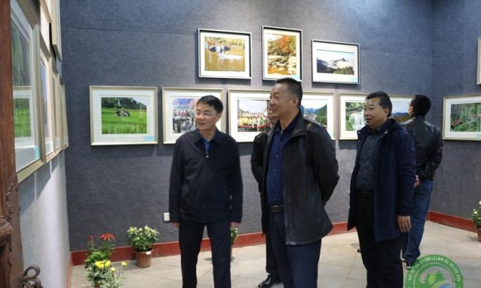 局党委书记王作谊参观金秋书画摄影野生动植物标本展